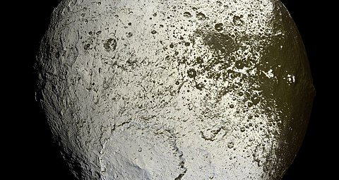 Iapetus_as_seen_by_the_Cassini_probe